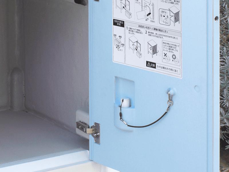 印鑑置きも扉の内側に装備されています。